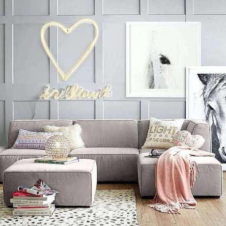 52. Sofás modernos e confortáveis para decoração de sala em tons de cinza – Foto: Mumbly World