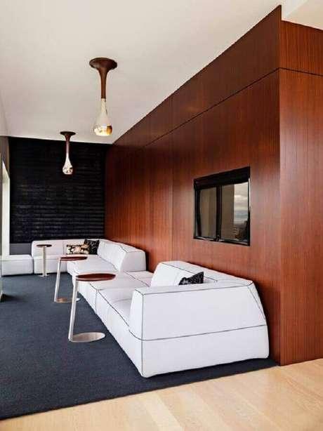 55. Sofás modernos e confortáveis para decoração de sala ampla com tapete cinza e revestimento em madeira para parede – Foto: Vesto Casa