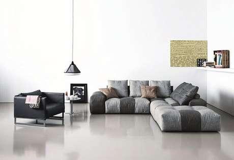 56. Modelos de sofás camas modernos para decoração de sala ampla em tons de cinza – Foto: Decoração e Ideias