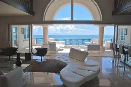 59. Sofá modernos para sala ampla e sofisticada decorada toda branca -Foto: Neu dekoration stile