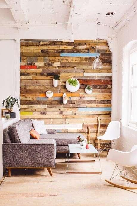 63. Modelos de sofás modernos para sala pequena decorada com revestimento rústico – Foto: Apartment Therapy