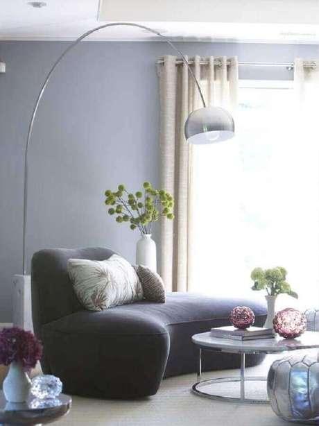 64. Modelos de sofás modernos para sala pequena e confortável decorada com luminária de chão – Foto: Pinterest