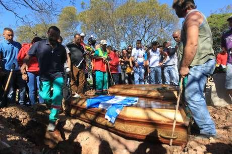 Amigos e parentes enterram Igor Oliveira, uma das vítimas da chacina, em Osasco