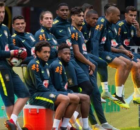 Hugo Souza, no centro, ao lado de Filipe Luís na Seleção Brasileira (Foto: Pedro Martins / Mowa Press)