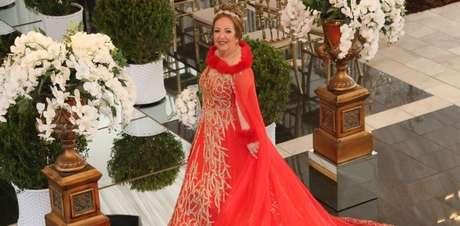 Vestido de dona Ildete teve até pele sintética parecida com a dos trajes de rainhas de verdade