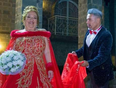 A dama de vermelho exibiu a exuberância de seu traje ao lado do estilista Edson Eddel