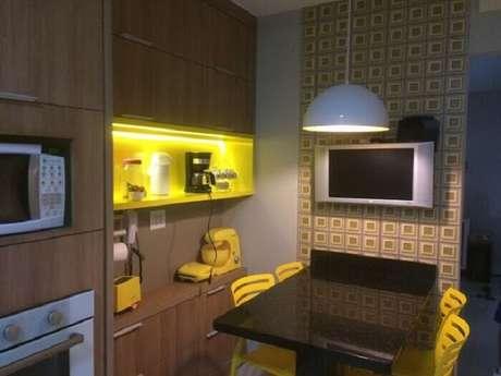 73. Cozinha compacta com itens decorativos em tons de amarelo ouro. Proejto Rikelly Pessotti