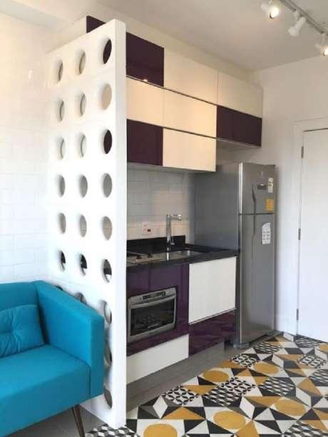 74. Cozinha compacta muito bem planejada em tons de branco e roxo. Projeto Stephanie Esposito