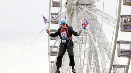 Boris Johnson se popularizou por gafes e cenas inusitadas, como quando ficou preso numa tirolesa carregando bandeiras do Reino Unido. Para especialistas, essa conduta é programada para gerar a imagem de um 'político diferente' dos outros.