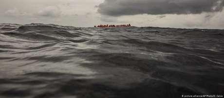 Migrantes esperam para serem resgatados na costa da Líbia (foto de 2018)