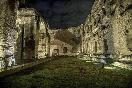 Vista noturna das Termas de Caracala, em Roma