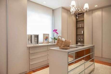 12. Closet planejado decorado com cômoda branca com gavetas espelhadas – Foto: Arquitetura 8