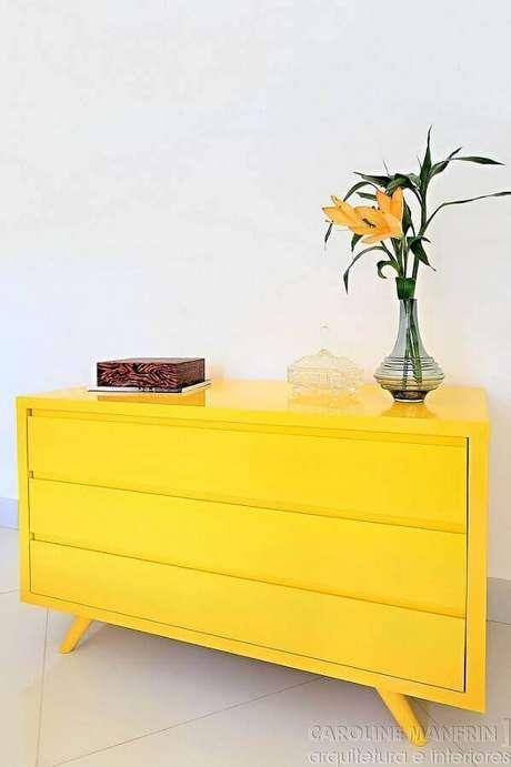 13. Decoração clean com cômoda amarela de design retrô – Foto: Caroline Manfrin