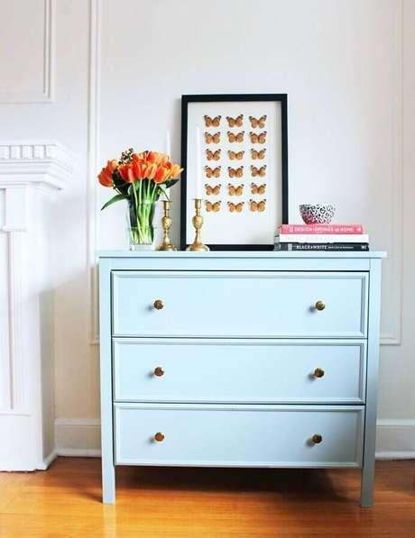 15. Modelo simples de cômoda azul com puxador bronze redondo – Foto: Pinterest