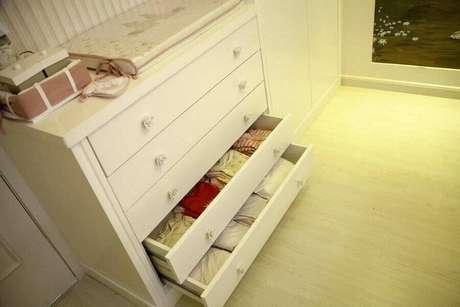 17. A cômoda de bebê é um móvel essencial para manter o quartinho de bebê sempre organizado – Foto: Janete Rangel