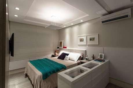 4. A cômoda mais baixa é uma excelente forma de separar o quarto de casal do closet – Foto: Juliana Pippi