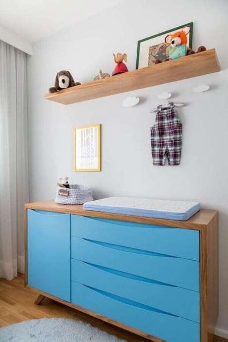 20. Cômoda com trocador de madeira com gavetas azuis – Foto: Studio Novak