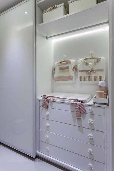 21. Cômoda de bebê branca com puxador em formato de rosa – Foto: Vanja Maia