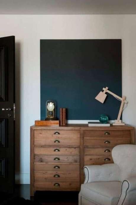 29. Modelo de cômoda retrô de madeira – Foto: Mauricio Karam