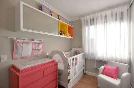 30. Cômoda rosa para quarto de bebê todo branco com nichos coloridos – Foto: Alessandra Bonotto