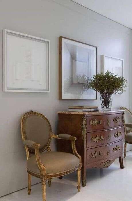 33. Decoração clássica com cômoda vintage de madeira – Foto: Roberto Migotto