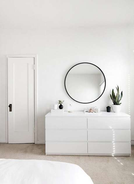 34. Quarto todo branco decorado com cômoda branca moderna e espelho redondo com moldura preta – Foto: Home Design
