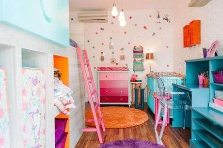 35. Decoração colorida para quarto de bebê com cômoda branca com gavetas cor de rosa – Foto: Codecorar