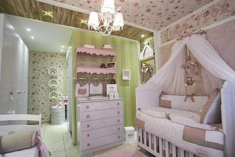 36. Decoração com cômoda branca para quarto de bebê com papel de parede floral – Foto: Andrea Bento