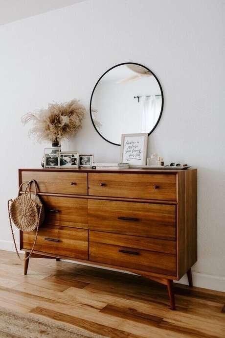 38. Decoração com espelho redondo e cômoda de madeira com design retrô – Foto: Wood Save
