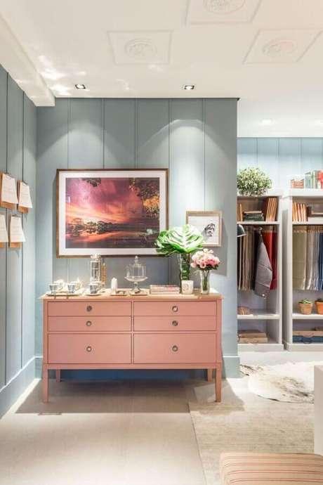 41. Decoração em tons pastéis com cômoda rosa – Foto: Home Design