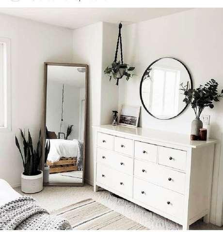 42. Decoração estilo escandinavo para quarto com espelhos e cômoda branca – Foto: We Heart It
