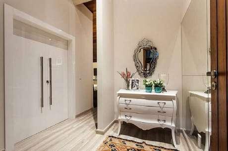 \ 10. Utilize a cômoda para dar um charme especial no seu hall de entrada – Foto: Juliana Pippi