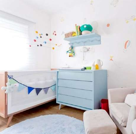45. Decoração para quarto de bebê com berço branco e cômoda azul com pés palito – Foto: Ameise Design