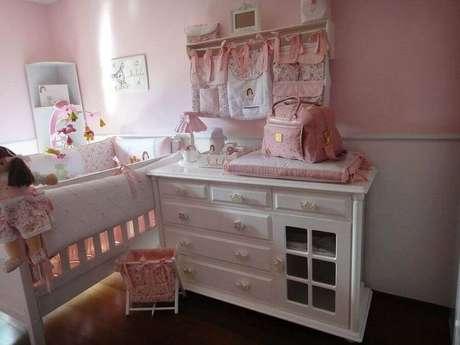 46. Decoração para quarto de bebê rosa com cômoda branca – Foto: Fernando de Camargo