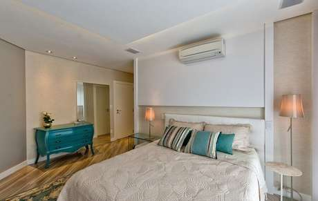 1. As cômodas coloridas se destacam no quarto de casal decorado com cores neutras – Foto: Espaço do Traço