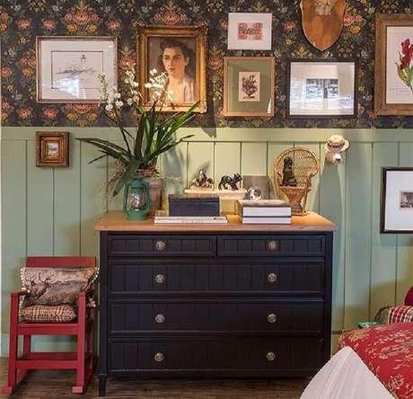 47. Decoração simples com cômoda azul escura com tampo de madeira – Foto: Suzana Schermann