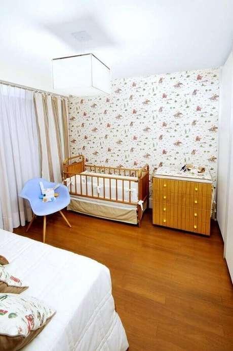 50. Quarto de bebê simples decorado com papel de parede e cômoda de madeira – Foto: Coutinho + Vilela