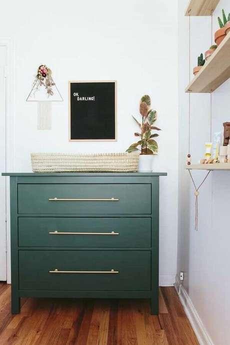 51. Modelo de cômoda de madeira pintada de verde com puxador dourado – Foto: Opal Pipeline