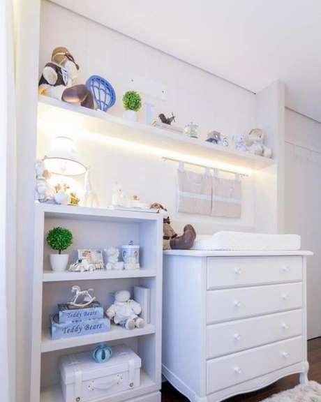 54. Quarto de bebê decorado com iluminação embutida em prateleira e cômoda branca com trocador – Foto: Kids Arquitetura