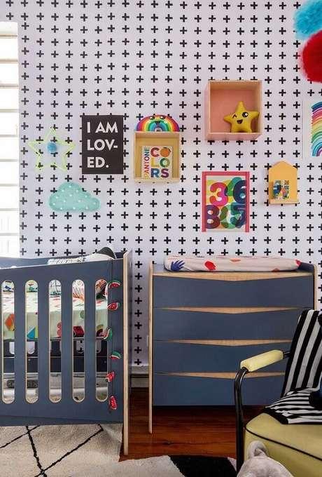 55. Quarto de bebê moderno decorado com papel de parede e cômoda azul de madeira – Foto: Blog da MOOUI