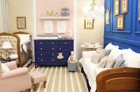 56. Decoração para quarto de bebê com cômoda azul marinho – Foto: Meyer Cortez