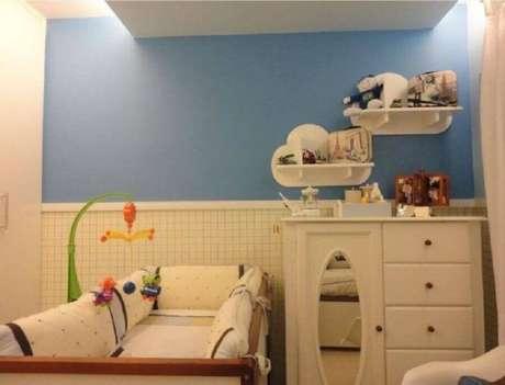 57. Quarto de bebê simples decorado com branca com espelho e prateleiras em formato de nuvem – Foto: Maria Helena Torres