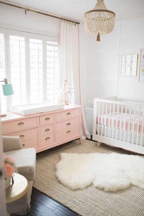60. Delicada decoração de quarto de bebê com cômoda rosa e tapete felpudo – Foto: The Posh Home