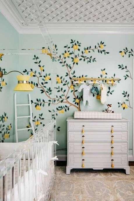 61. Quarto de bebê decorado com papel de parede e cômoda branca com puxador amarelo diferente – Foto: Le Blog