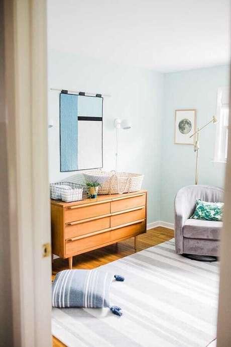 64. Quarto decorado com cômoda retrô de madeira – Foto: Wood Save