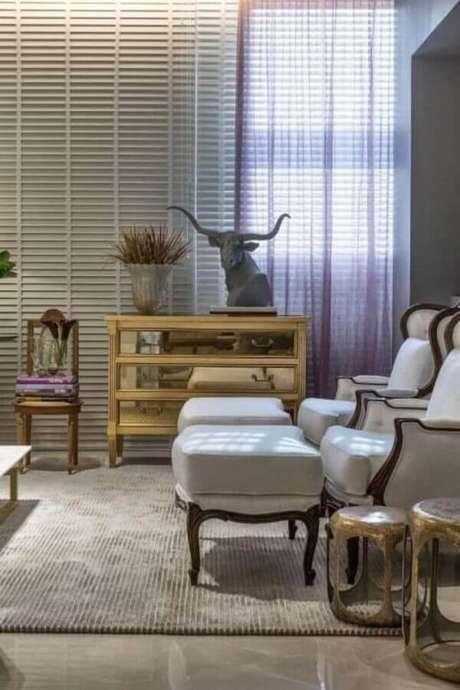 66. Sala decorada com cômoda de madeira com gavetas espelhadas – Foto: Casacor 2016