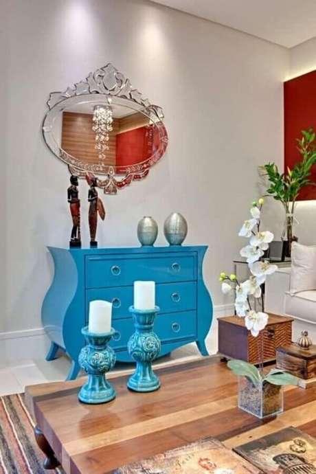 67. Decoração de sala com espelho provençal e cômoda retrô pintada de azul – Foto: Andrea Bento