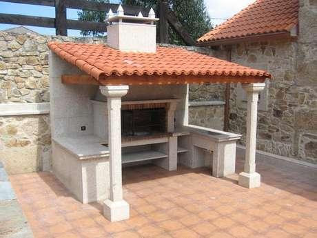 16. Áreas de churrasqueira usam muito a telha portuguesa. Foto: Chimeneas Cida