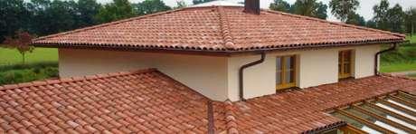14. Casas de campo usam muito a telha portuguesa. Foto: Telhadeiro em BH
