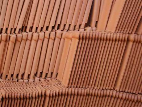 12. O barro é o material base da telha portuguesa. Foto: Paraíba Total